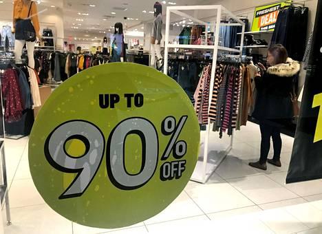 Retail apocalypsen viimeisimpänä ilmentymänä suosittu yhdysvaltalainen pikamuodista tunnettu vaateketju Forever 21 jätti konkurssisuojahakemuksen 30. syyskuuta. Yrityksen liikkeessä Kanadan Torontossa myytiin vaatteita kovalla alennuksella.