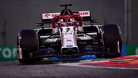 Alfa Romeo uudistaa autonsa keulaa alkavalle F1-kaudelle. Kuvassa Kimi Räikkönen Abu Dhabissa joulukuussa.