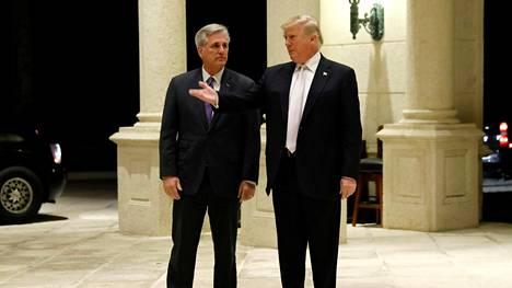 Kevin McCarthy ja Donald Trump saapuivat illalliselle Floridassa 14. tammikuuta 2018.