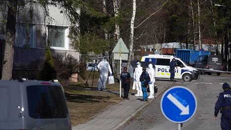 Poliisi suoritti tutkimuksia tapahtumapaikalla lauantaina.