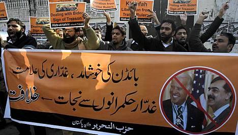 Kielletyn uskonnollisen ryhmän Hizb-ut-Tahririn jäsenet osoittivat mieltään Biden tuloa vastaan.