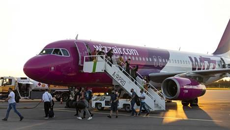 Skopjesta perjantaina saapuneen lennon matkustajilla todettiin koronavirustartuntoja. Kuvan henkilöt eivät liity tapaukseen.