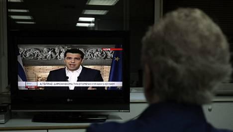 Kreikkalaiset katsoivat televisioistaan, kun pääministeri Alexis Tsipras tiedotti tulevasta kansanäänestyksestä.