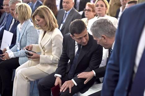 Niinistö keskusteli tv-koomikosta Ukrainan presidentiksi nousseen Volodymyr Zelenskyin kanssa YES-konferenssin 2. avajaisistunnossa Kiovassa. Niinistö kuvasi Zelenskyä myöhemmin eläväiseksi mutta asialliseksi kaveriksi.