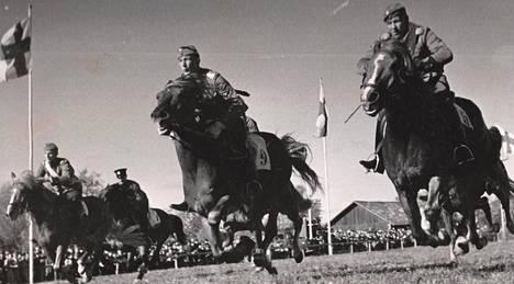 Poliisit ja aliupseerit kisaavat suomenhevosilla Talissa vuonna 1938.