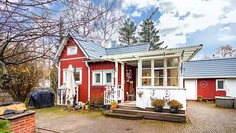 Helsingin Puistolassa sijaitsee pikkukoti, jossa neliöitä on vain 36. Päärakennuksen vieressä on noin 25 neliön talousrakennus.