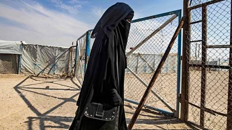 Nainen al-Holin leirillä.