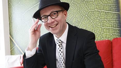 –Saan suurimman osan rahoistani siitä, että teen paljon yksityisiä juontokeikkoja ja huumorikeikkoja firmoille, Frangen kertoo. Kuva miehen työhuoneesta Tampereelta.