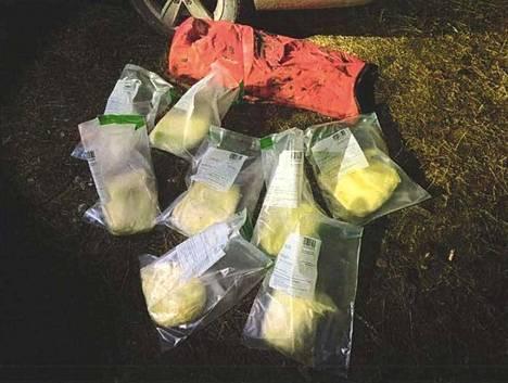 Yhdessä kätkössä oli oranssiin kanoottisäkkiin pakattu kahdeksan kahden kilon painoista vakuumipussia amfetamiinia.