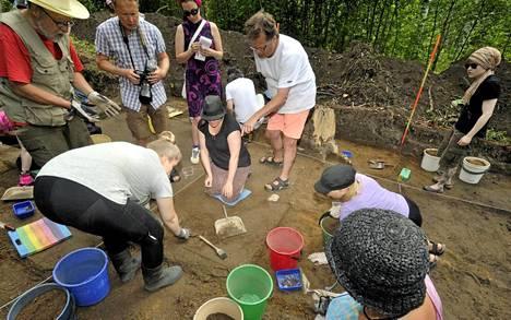 Arkeologi Jan Fast ohjasi kaivauksia Jokiniemessä viime torstaina.