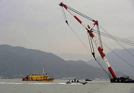 Ukrainalainen hinaaja ja kiinalainen rahtialus törmäsivät toisiinsa Hong Kongin edustalla. Pelastajat yrittivät kääntää 80 metriä pitkää hinaajaa.