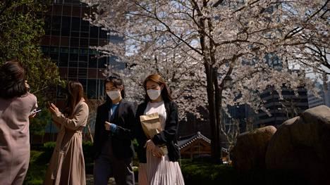 Toimistotyöntekijät olivat peittäneet kasvonsa maskeilla lähtiessään ulos lounaalle Soulissa tiistaina.