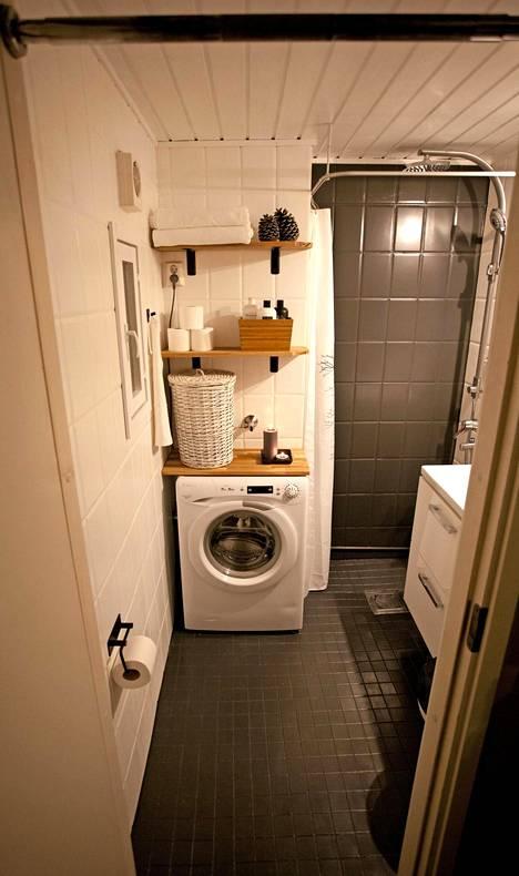 Testikylpyhuoneen tilaa säästävä kapea pesukone löytyi käytettynä netistä (150 €). Allaskaappi saatiin edullisesti uutena (129 €).