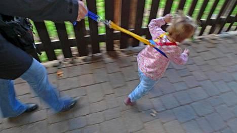 Valjaat estävät eläväistä lasta karkailemasta omille teilleen. Kuvituskuva.