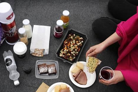 Monet ravintolat myyvät ruokaa kotiin kuljetettuna tai vaikka piknik-evääksi.