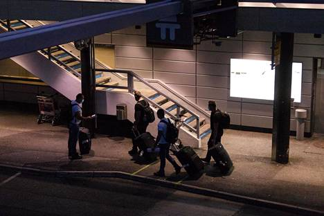Matkustajia lentokentän pihalla Turussa.