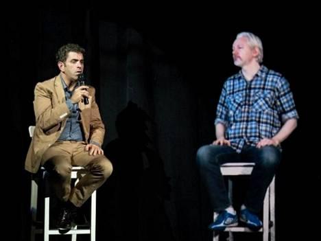 Julian Assange (oik) Eugene Jareckin haastateltavana.