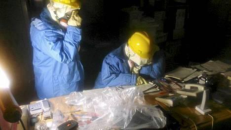 Tepcon työntekijät keräävät tietoja ykkös- ja kakkosyksikön keskuksessa Fukushima Daiichin ydinvoimalassa.