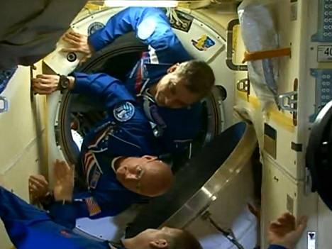 Mihail Kornijenko (ylh.) ja Scott Kelly (kesk.) saapuivat ISS:lle lauantaina aamulla. Heitä oli vastaanottamassa aseman komentaja Terry Virts (alh.)