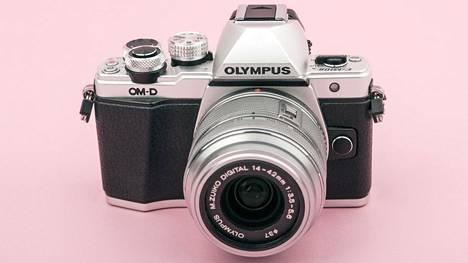 Olympus haki digitaalikameroihinsa vauhtia klassisesta muotoilusta. Kuvassa Olympus OM-D E-M5 -malli vuodelta 2012.