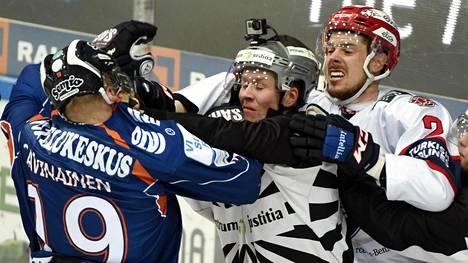 SM-liigan finaalien hässäköistä löytyy monesti Veli-Matti Savinainen pelipaitoineen.