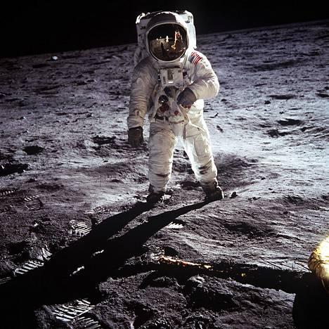 Buzz Aldrin ikonisessa kuvassa kuun kamaralla.