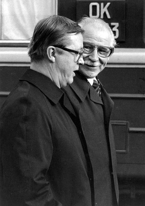 Vladimirov ja pääministeri Kalevi Sorsa. Vladimirov solmi Suomessa suhteita ennen kaikkea demarien ja porvarien kanssa.
