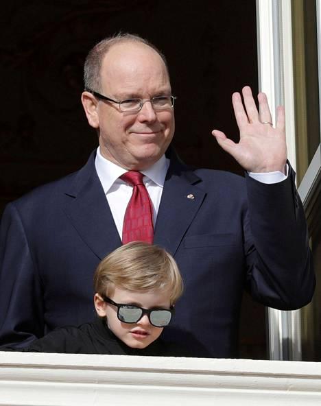Pikkuprinssi hurmasi tummilla aurinkolaseilla, kun ruhtinasperhe tervehti juhlimaan saapunutta ihmisjoukkoa.