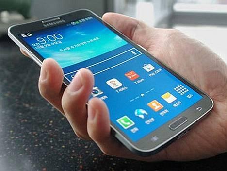 Applen kerrotaan julkistavan ensi vuonna kaarevanäyttöisen iPhonen, jossa on melkein yhtä iso näyttö kuin Samsungin Roundissa.