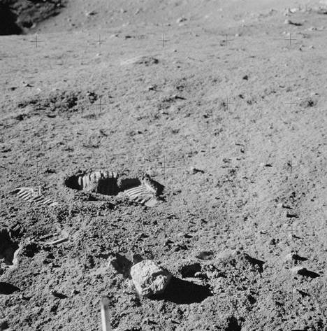 Kuu on kivinen ja kuoppainen.