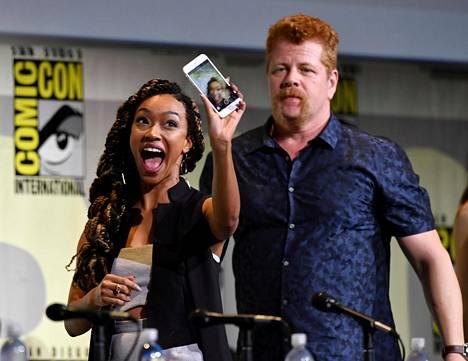 The Walking Dead -sarjan Sonequea Martin-Green ja Michael Cudlitz valmistautuivat selfieen. Martin-Green esittää sarjassa Sashaa, Cudlitz Abrahamia.