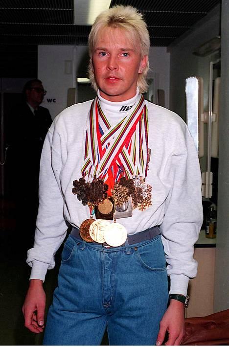 Matti Nykänen kuvattiin Ilta-Sanomiin komean arvokisamitalisaaliinsa kanssa huhtikuussa 1995. Vajaan kahden kuukauden päästä hän makasi sairaalassa sairastuttuaan ensimmäisen kerran haimatulehdukseen.