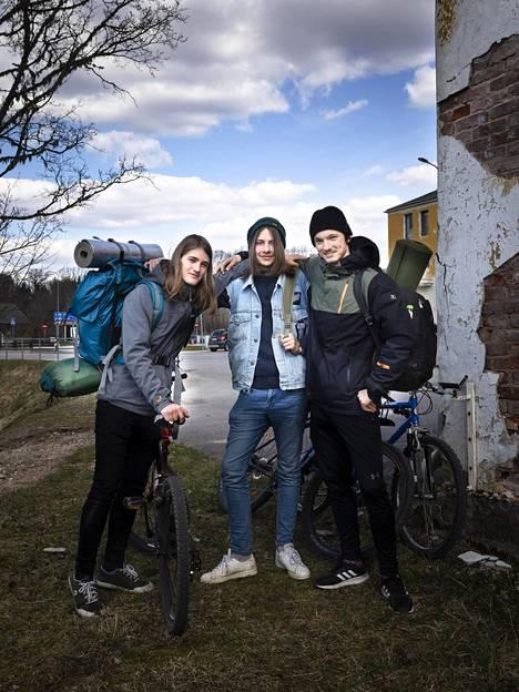 Oskar Olesk, 16, Rolando Põld, 16, ja Riky Leok, 19, retkeilivät huhtikuussa Paganamaan luonnonsuojelualueella Etelä-Virossa.