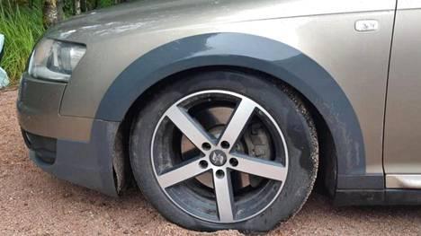 Auton ilmajousitus rikkoutui ja muutenkin vikoja löytyi runsaasti, eikä omistajan mukaan Audilla voinut enää ajaa.