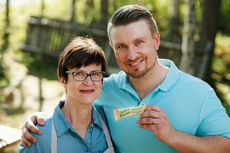 Äidin patukka ylsi kilpailun finaaliin. Välipalapatukan takana ovat Tommi Juhala ja hänen äitinsä Eija Juhala.