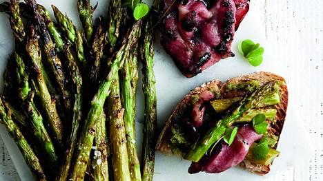 Grillatut parsat voi tarjota vaikka alkupalaleivällä pekonin ja ketunleipäpeston kanssa.
