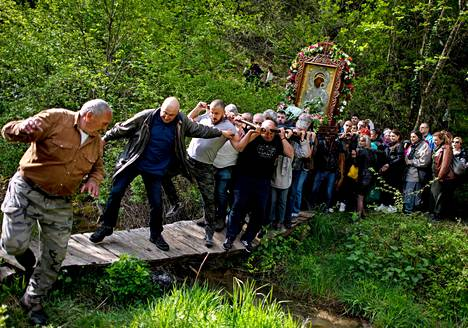 Varovasti.  Ikonia kannetaan pääsiäismaanantain kulkueessa Bulgarian Bachkovossa. Ortodoksit juhlivat pääsiäistä juliaanisen kalenterin mukaan pari viikkoa myöhemmin.