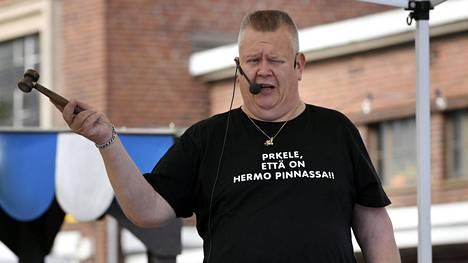 Suomen tunnetuin huutokauppias Aki Palsanmäki kuvattuna Helsingissä Teurastamon syyskirppiksellä viime syyskuussa.