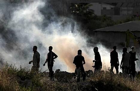 Palestiinalaiset mielenosoittajat heittelevät kiviä yhteenotoissa Israelin poliisin kanssa Oferin vankilan ulkopuolella länsirannalla lähellä Ramallahia. Mielenosoituksen tarkoituksena on tukea Israelin vankiloissa olevia palestiinalaisvankeja. Israelilaisen ihmisoikeusryhmän mukaan jo 71 päivää nälkälakossa olleen palestiinalaisvangin Akram Rikhawin kunto on heikentynyt niin, että hänen henkensä on vaarassa. Ryhmän mukaan hän on myös kieltäytynyt riippumattoman lääkärin säännöllisistä käynneistä.