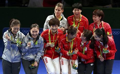 Pöytätenniksen naisten joukkuekilpailussa palkintokorokkeella oli yhteensä viisi kiinalaissyntyistä urheilijaa.
