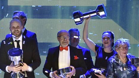 Juha Väätäinen (keskellä) juhli valintaansa estradilla.