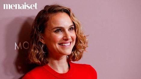 Natalie Portmanin raidoitettu polkka toteuttaa kaksi suomalaisten hiushaavetta yhdessä tukassa.