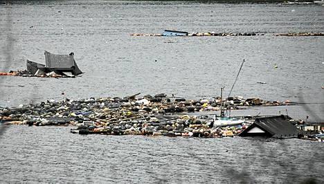 Taloja ja romua kellui meressä tsunamin jäljiltä.