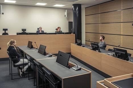Tuomari uhkasi naista 500 euron järjestyssakollakin ja oli jo hakemassa vahtimestaria poistamaan hänet salista.
