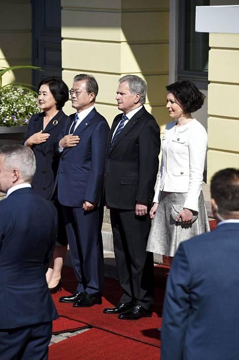 Presidenttiparit tapasivat maanantaina virallisen valtiovierailun avajaisseremoniassa.