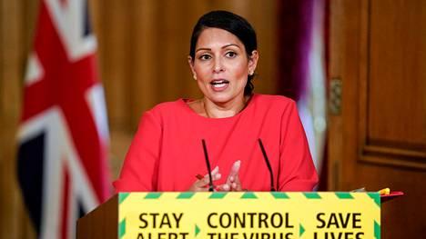 Britannian sisäministeri Priti Patel median edessä Lontoossa 22. toukokuuta 2020.