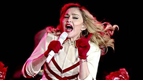 Madonna esiintymässä Helsingin Olympiastadionilla elokuussa 2012.