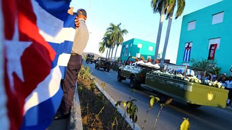 Castron uurnaa kuljetettiin kohti hautausmaata Kuuban Santiagossa.