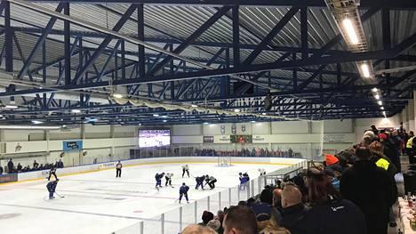 """Lätkäkartalle palannut Kiekko-Espoo pelasi ensimmäisen kotiottelunsa – kaikki halukkaat eivät mahtuneet halliin: """"Vitsi, miten makea fiilis"""""""