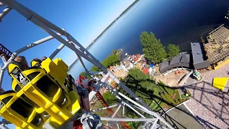 Tampereella sijaitsevan Särkänniemen huvipuiston avautumiseen on aikaa vielä kolmisen viikkoa. Kuva Hype-vuoristoradasta.